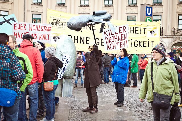 Bürger protestieren gegen die Drohne. Foto: ch912 / flickr.com