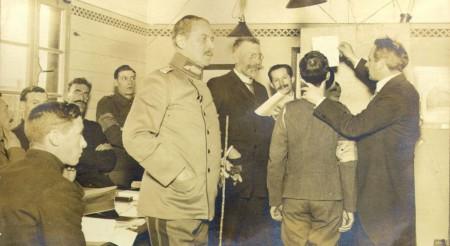 Die Aufnahmeleiter (Wilhelm Doegen mit Brille) und ein Kriegsgefangener bei den Sprachaufnahmen.