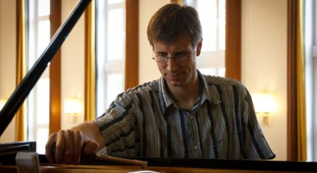 Der Klavierstimmer Johannes Bunge bei der Arbeit.